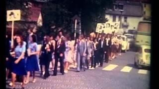 preview picture of video 'Gimnazija Novo mesto, junij 1974. Procesija maturatov skozi center Novega mesta.'