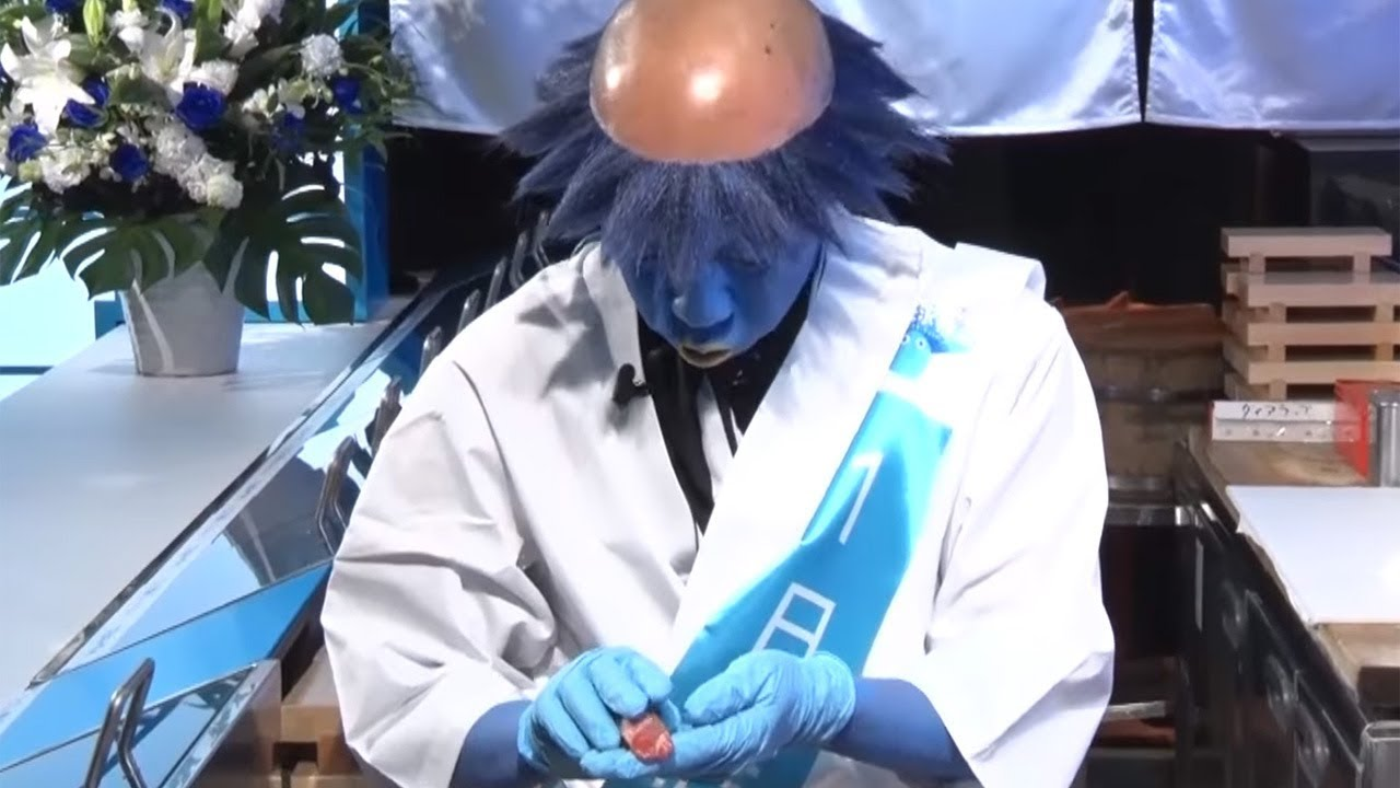 バイきんぐ小峠、カッパ姿で寿司握る 「大地球寿司」オープニングPRイベント2