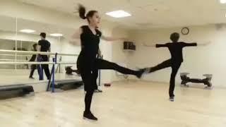 Алина Загитова тренируется на паркете