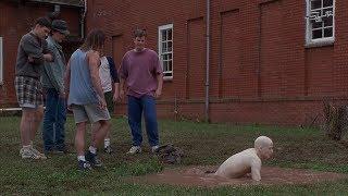 长相古怪的男孩在地下室长大,来到学校后,被同学当做怪物受尽欺负