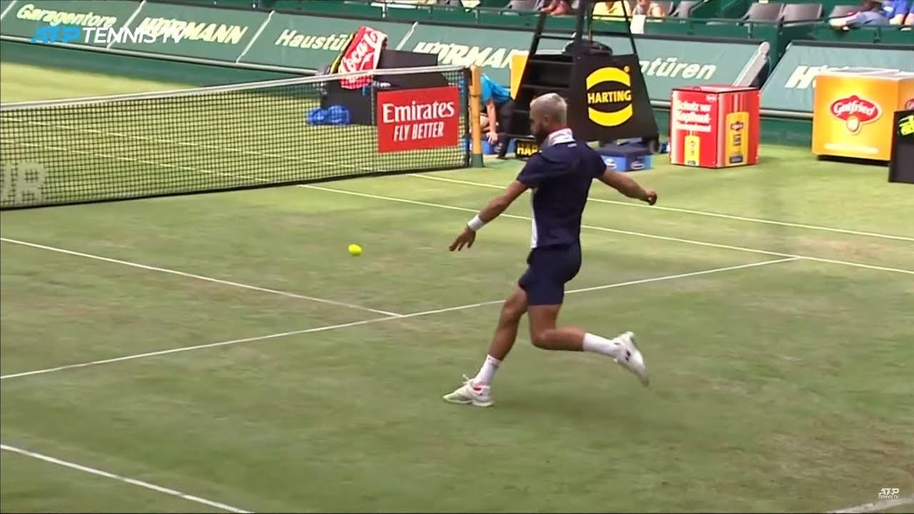 Французские теннисисты решили сыграть в футбол во время розыгрыша (ВИДЕО)