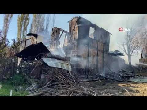 Suluova'da iki katlı ahşap ev yangında küle döndü