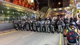 港府鎮壓反送中 96旺角大批防暴警清場現況 示威者情緒激動不停喊「黑社會」「時代革命 收復香港」等口號 有消防車到來滅火