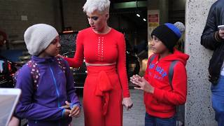 Katy perry meets fans outside her hotel in Sydney, Australia