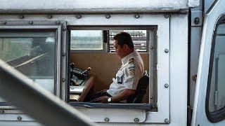 Beredar Foto Seorang Masinis Sempatkan Salat di Belakang Kendali Kereta di Stasiun Tawang
