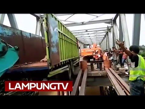 Detik-Detik Evakuasi 2 Truk dari Jembatan Mesuji Ambrol