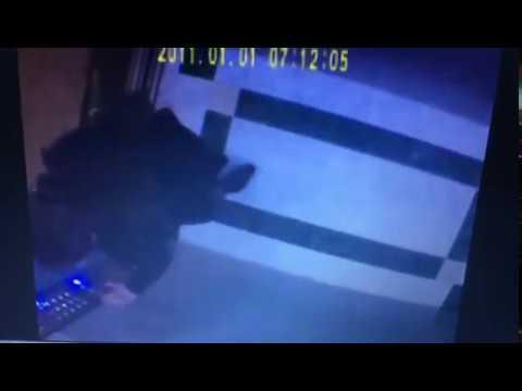 В Омске скрытая камера зафиксировала девушку в лифте
