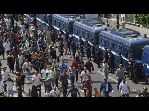 العرب اليوم - شاهد: مئات المتظاهرين في شوارع الجزائر للجمعة الـ31 رغم الانتشار الأمني الكثيف