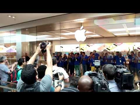 Opening of first Apple Store in Brazil draws large crowds ...