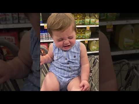 """תינוקת חמודה מזייפת בכי בכל פעם שאומרים לה """"לא"""""""