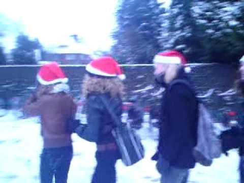 Meisjes uit Beugen zingen Jingle Bells