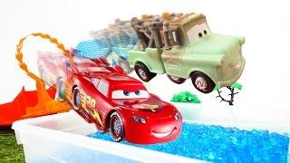 Видео: игрушки из мультфильмов! Тачки. Маквин готовит Мэтра к гонкам.