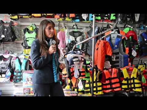 Eleccion de chalecos y ponchos salvavidas por Romina en Delfin Nautica