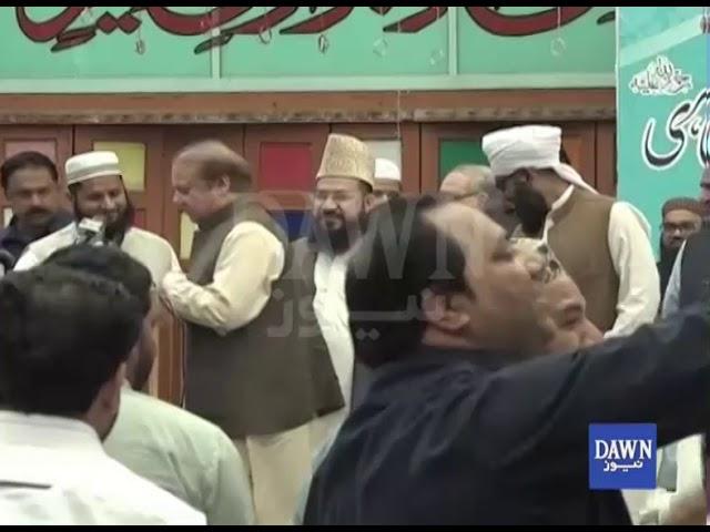 شخص يرمي رئيس الوزراء الباكستاني السابق نواز شريف بالحذاء