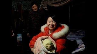 秋子喜抱六斤四两大胖娃,说出了猪年的心愿,到处送橙子