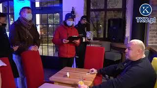 Sanepid odczytuje nakaz zamknięcia restauracji.