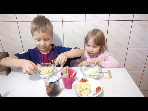 Дети готовят десерт