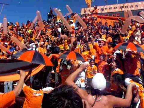 """""""Llegada de la banda al Huracán Naranja"""" Barra: Huracan Naranja • Club: Cobreloa"""
