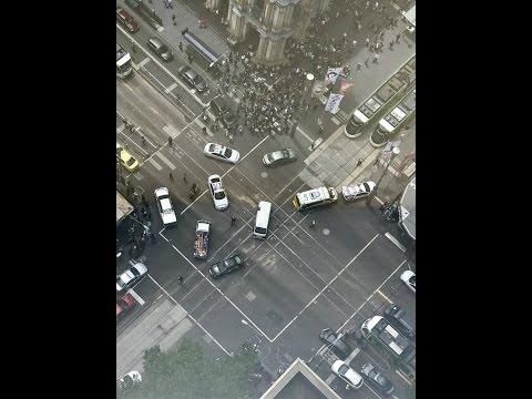 Кола се вряза в спирка в Мелбърн, най-малко трима загинали