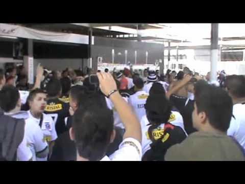 """""""Previa Garra Blanca en la Puerta 13.m4v"""" Barra: Garra Blanca • Club: Colo-Colo"""