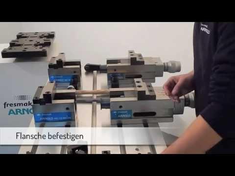 Zwei geteilte Schraubstöcke parallel aufgestelt