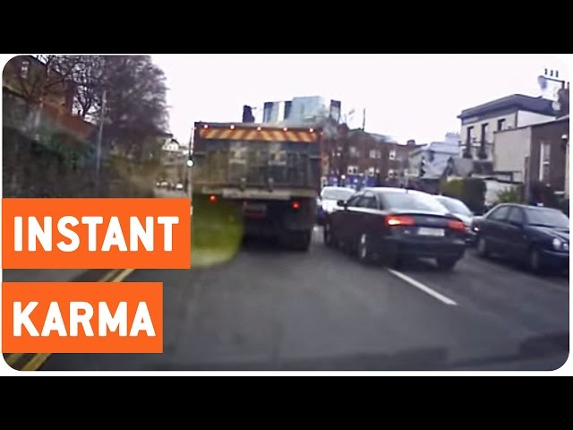 سائق يعكس سير الحركة ليتفاجأ بوجود مركبة الشرطة أمامه