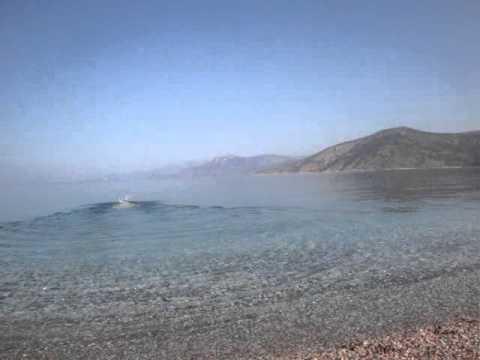 Τα μοναδικά πεντακάθαρα νερά της παραλίας Ψάθας Αττικής