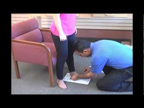 Ćwiczenia z koślawego zniekształcenia stopy na zdjęciach dzieci
