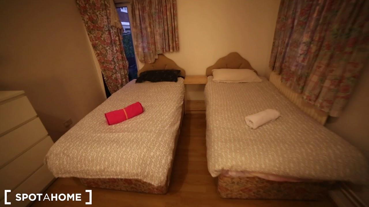 Single Bed in Rooms to rent in huge 8-bedroom flat in Tower Hamlets