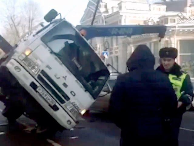Эвакуатор рухнул на автомобиль!