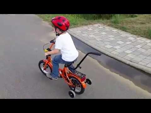 Kuno hat Spass beim Fahrradfahren ohne Stützräder