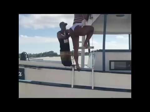 Gracyanne Barbosa encanta garotos com sua beleza em barco
