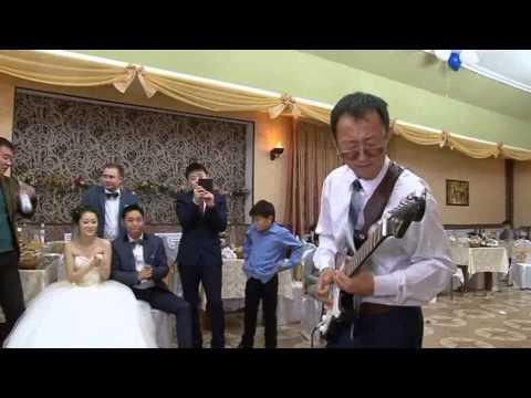 папа невесты сыграл на гитаре