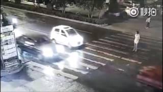 В Китае на переходе сбили девушку,а другая машина переехала её