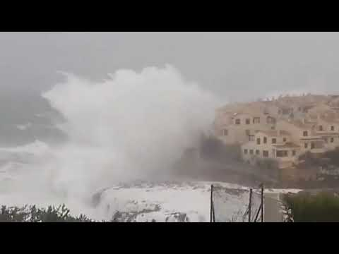 , title : 'Гигантские волны в Средиземном море у побережья города  Портоколом Мальорка, 21 января 2020'