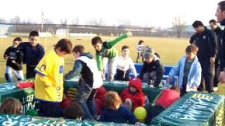 preview picture of video 'Carnevale 2009 (u7 e u9 scoppiano i palloncini 3)'