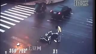 Смотреть онлайн Страшное ДТП: мотоциклист чудом остался жив