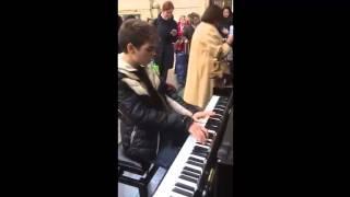 Красиво играет на пианино. Италия.