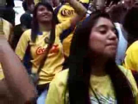 """""""Esta barra es un carnaval"""" Barra: La Monumental • Club: América • País: México"""