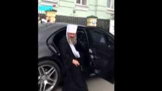 Московский поп на мерседесе в Киеве послал полицию на юх такси гонять