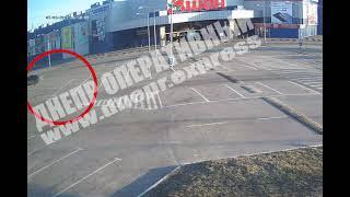 В Днепре водитель легковушки врезался в столб на пустой парковке: двое пострадавших. ВИДЕО