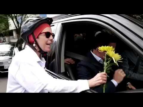Dória joga no chão flor entregue por ciclista para lembrar