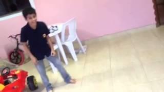 Menino de 10 anos dançando Hip-Hop