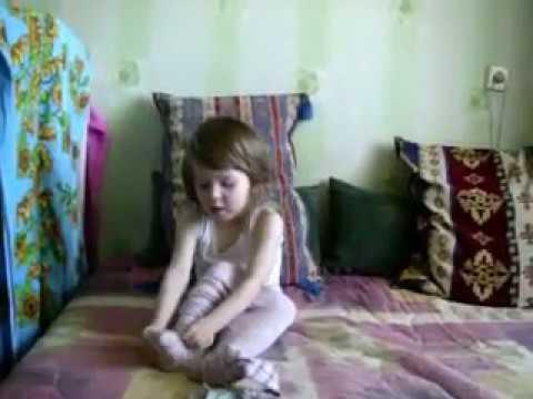 Ребенок учится надевать колготки