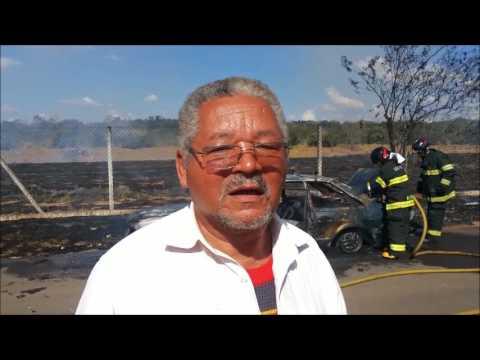 Homem chora após seu carro pegar fogo