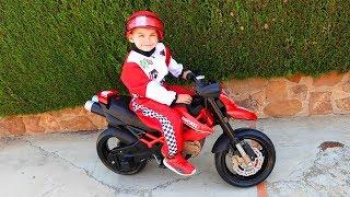 Дима распаковал и собрал новый мотоцикл Дукати | Дима и Машинки