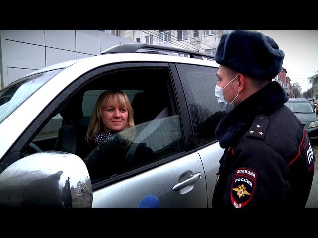 Сотрудники ГИБДД вместе с представителями ОНФ поздравили автоледи с Днём матери