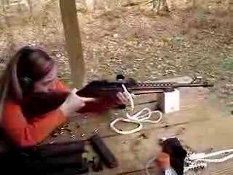 22 LR automātiskais ierocis ar lentveida padeves mehānismu....