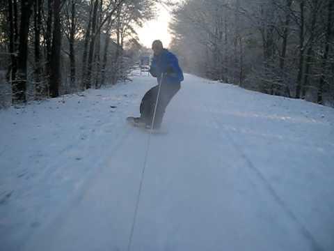 Snowboarden achter de auto
