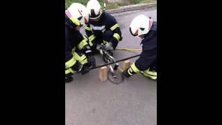 preview picture of video 'Unterflurhydrant öffnen für Fortgeschrittene'